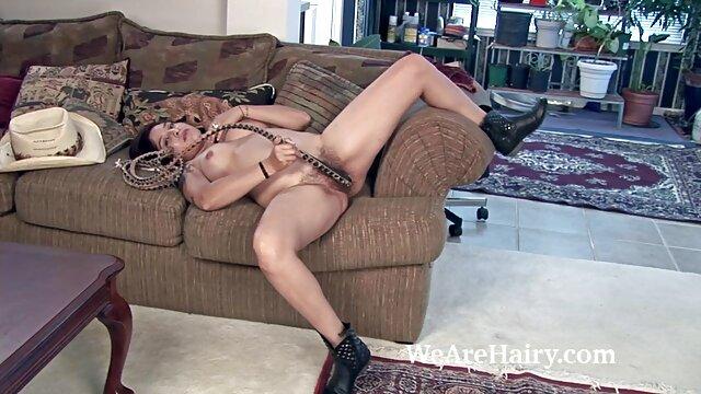 XXX sem registo  Lesbea quero vídeo de pornô ao vivo linda menina com seios enormes senta-se na cara de uma senhora pequena