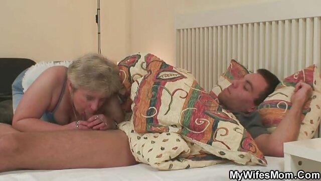 XXX sem registo  O vídeo pornô fazendo sexo ao vivo sobrinho fode a tia em todas as poses.