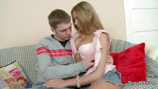 XXX sem registo  Uma Oriental de ver vídeo pornô ao vivo collants rasgados puxa e chupa pilas para dois tipos