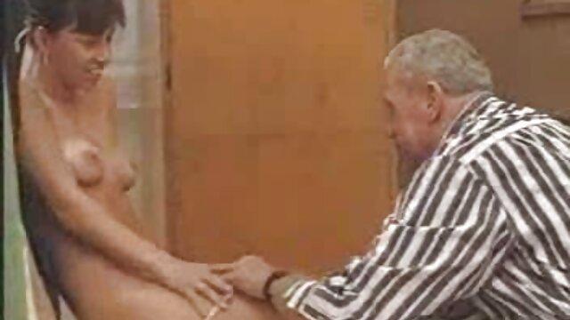 XXX sem registo  A Paula tímida adora brincar e dar prazer à pila video chamada porn no sofá.