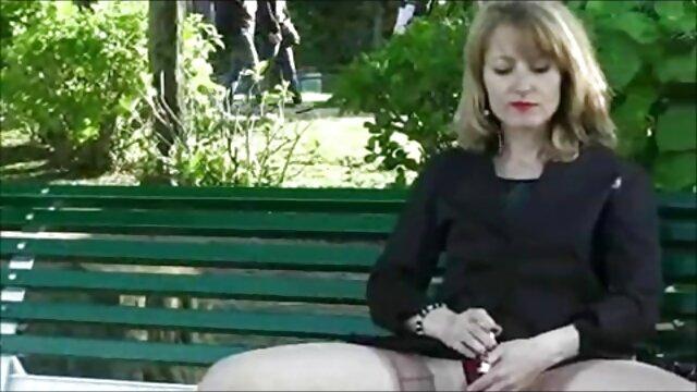 XXX sem registo  Uma queca apaixonada vídeo pornô online ao vivo com uma jovem morena e uma aluna do elenco.