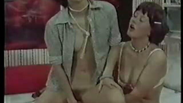 XXX sem registo  Miúda com um piercing quero ver um vídeo pornô ao vivo no peito a piscar como um dedo, um belo trapo de carne.