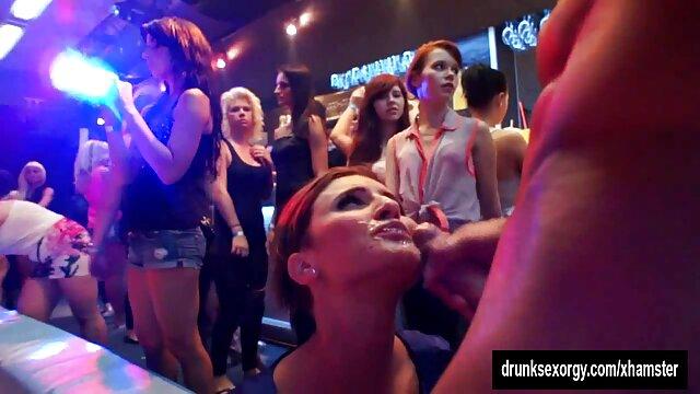 XXX sem registo  Massagistas lésbicas lambem a mãe e a filha irritadas pornohub ao vivo na sessão