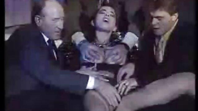 XXX sem registo  Belle video porno ao vivo Sandorran é uma Transexual com um rabo enorme amordaçado.