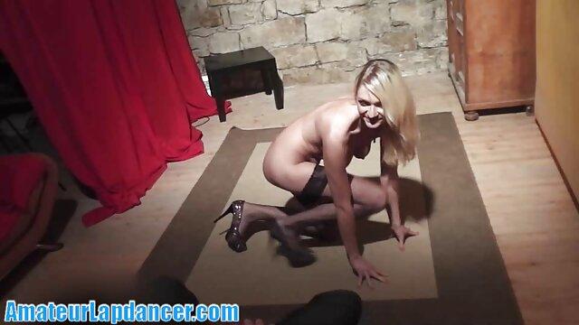 XXX sem registo  A mulher nua molha-se no lago vídeo pornô da viviane em frente à câmara do marido.