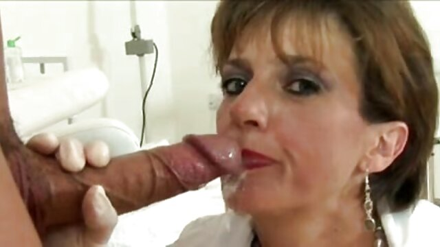XXX sem registo  a loira marota deixa a sua rata inata ver videos de sexo ao vivo e adora urinar.