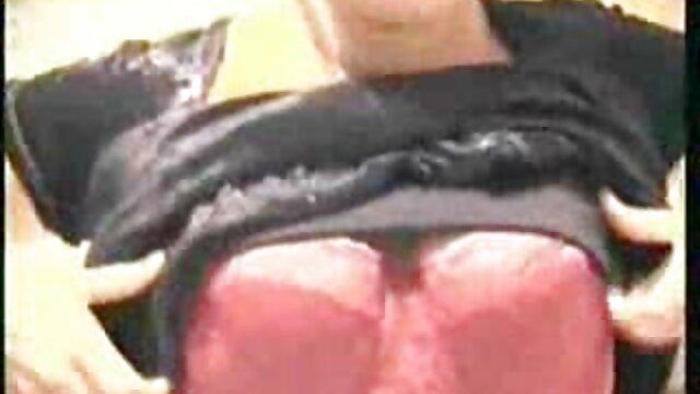 XXX sem registo  Mijo guzzling vídeo pornô ao vivo caseiro Teenie
