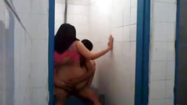 XXX sem registo  A rapariga pequena faz a quero vídeo pornô ao vivo boneca do namorado