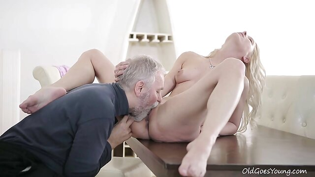 XXX sem registo  Duas morenas excitadas sexo ao vivo pornodoido massajam 26 a foder com um sortudo