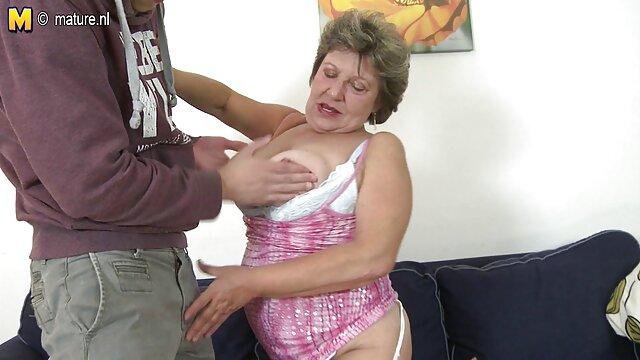 XXX sem registo  Ebony consertou o carro e fodeu com os melhores vídeos de pornô ao vivo seu mestre na oficina.