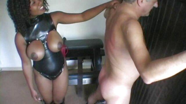 XXX sem registo  uma velha professora excitada enquanto as suas alunas acariciam a língua umas vídeo de pornô vivo das outras.