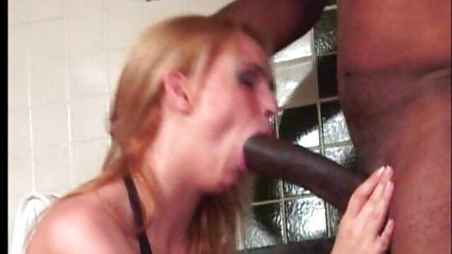 XXX sem registo  Espiar como um quero ver um vídeo pornô ao vivo estranho chupa a pila de um amigo na casa de banho