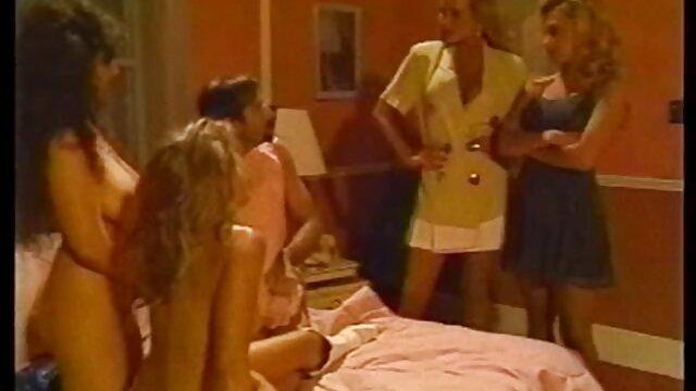 XXX sem registo  Mulher pervertida a vídeo de sexo pornô ao vivo meter o dedo na rata Rapada banana até ao orgasmo