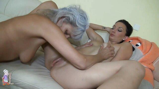 XXX sem registo  A secretária casada faz video chamada porn um broche rápido ao chefe no trabalho.