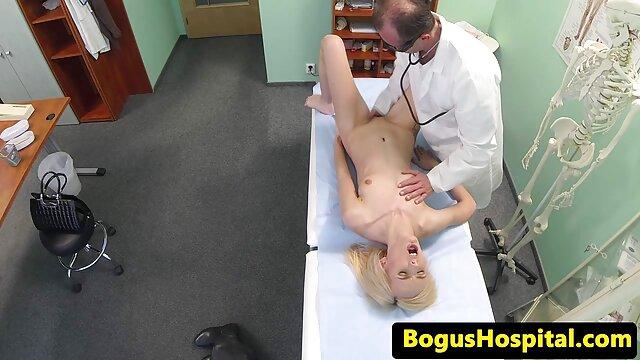 XXX sem registo  Sobrinho a meter o dedo na tia e depois fode-a numa videos de sexo online ao vivo tábua de engomar