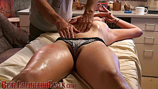 XXX sem registo  Unha de um velho Gang vídeo de pornô sexo ao vivo universitário com uma loira linda e Jovem.