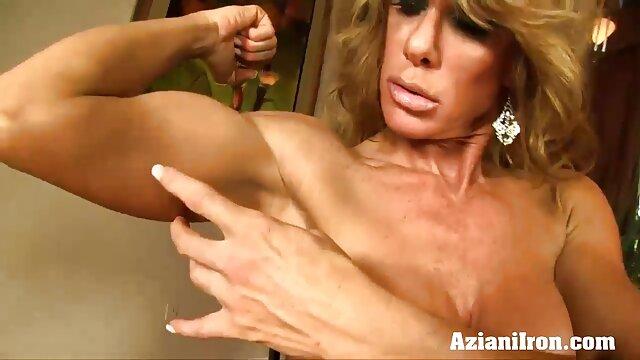 XXX sem registo  Sexo Oral ver vídeo de pornô ao vivo tia russa e seu sobrinho na casa de banho