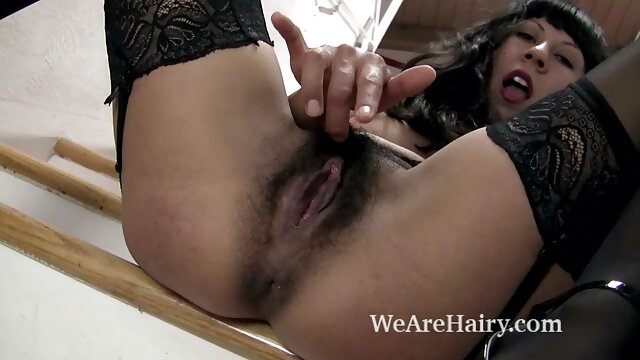 XXX sem registo  Na apresentação 3: empregada limpa e corta Cona lésbica na banheira vídeo de pornô grátis ao vivo