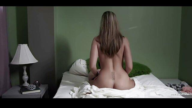 XXX sem registo  A Lisa Ann molha-se com espuma de sabão video chamada porn e masturba-se eroticamente.