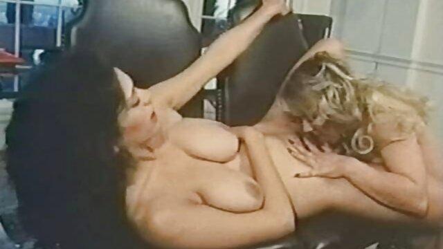 XXX sem registo  Lesbian strap-on fodida ao Estilo Canino porno ao vivo caseiro sem lubrificante