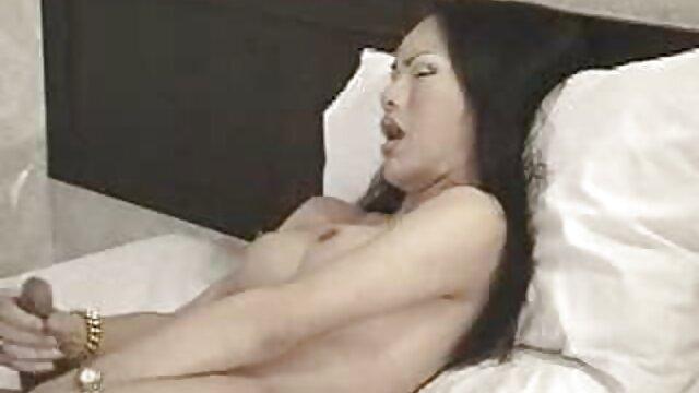 XXX sem registo  a criada adolescente video chamada online porno é dominada por duas pilas enormes e virilhas na boca.