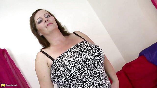 XXX sem registo  Olivia Sin é a puta do vídeo de pornô caseiro ao vivo sofá da parede.