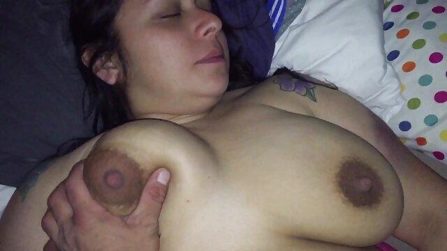 XXX sem registo  O vídeo pornô ao vivo pervertido é filmado como uma rapariga na casa de banho.