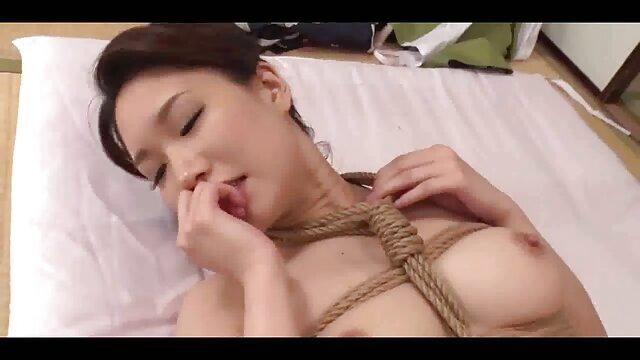 XXX sem registo  A Mia e a Leia foderam-se os melhores vídeos de pornô ao vivo pela primeira vez!