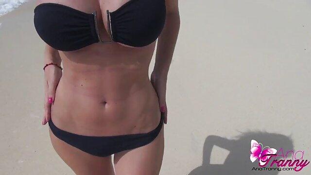 XXX sem registo  A tia madura seduz uma jovem para vídeo de pornô grátis ao vivo foder com as mãos e as pernas.