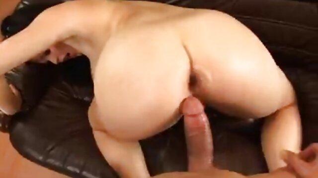 XXX sem registo  A mãe ensina a filha a chupar pilas e vídeo de sexo pornô ao vivo foder na posição de Vaqueira.