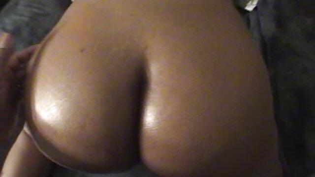 XXX sem registo  A adorável Natasha bate com as mamas grandes enquanto rasteja no sofá. porno brasileira ao vivo