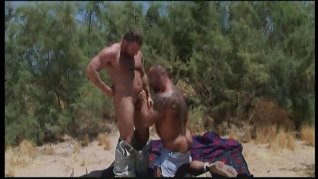 XXX sem registo  A mulher nua lava-se na os melhores vídeos de pornô ao vivo casa de banho da aldeia russa.