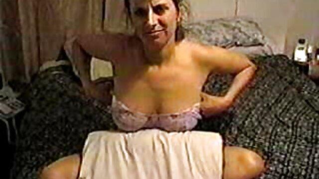 XXX sem registo  A velha mãe e o pai com a grande pila, o filho feliz, a ver vídeo de pornô ao vivo rapariga dos 27 anos.