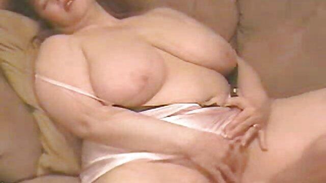 XXX sem registo  mijo fetiche babe urinando em vídeo pornô caseiro ao vivo meias
